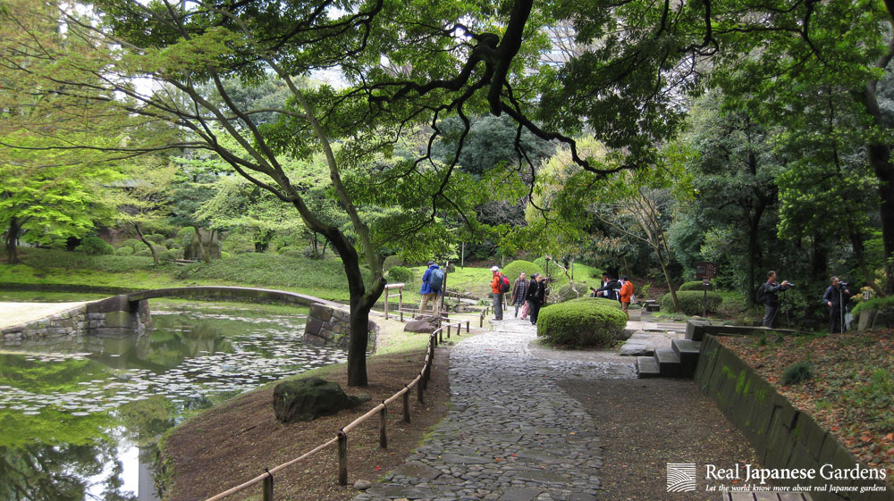 Korakuen was empty and I still considered where all visitors were. We found them in Naitei taking pictures.